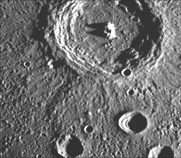 Terrassierter Krater auf dem Merkur