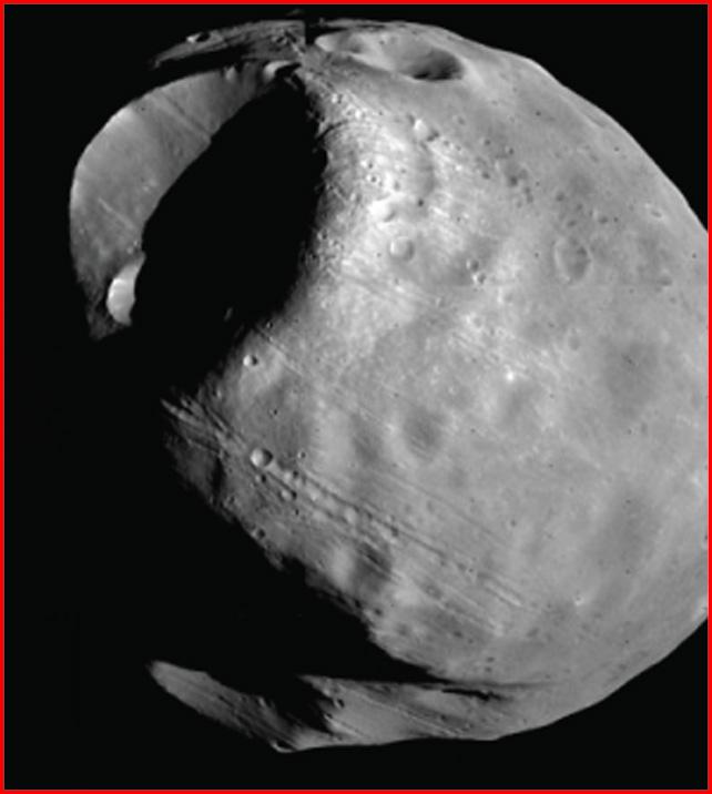 Marsmond Phobos mit Riesenkrater